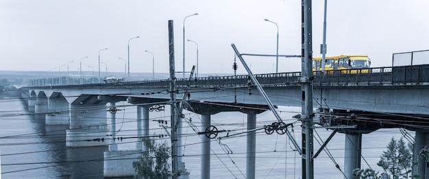 産業景観-広い川に架かる道路橋と前景の鉄道線