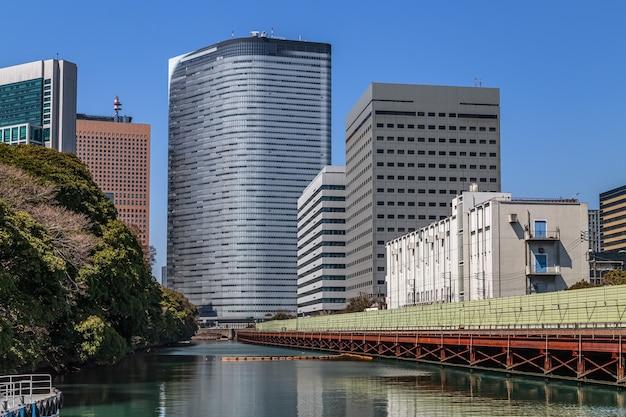 東京湾日本のお台場人工島の水から見た産業景観