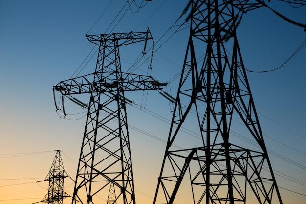 산업 풍경. 실루엣 고전압 전기 타워