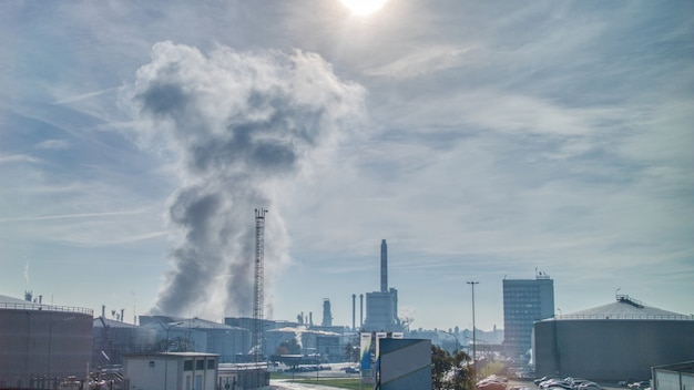 ハンガリーのブダペストの曇りの晴れた空を背景に、大規模な発電所や工場の上空の大気が強い産業景観は排出物を浪費します。