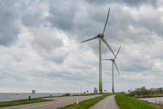 Индустриальный ландшафт с ветряными генераторами, возобновляемой электроэнергией, экологической энергией