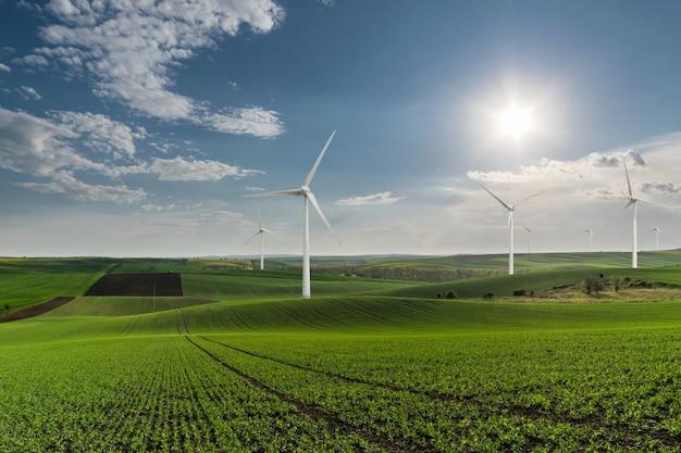 Индустриальный пейзаж с ветряными турбинами в поле, возобновляемая эко энергия, электрические ветряные мельницы
