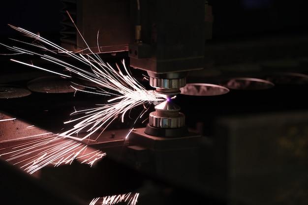 Промышленная лазерная резка, обработка, технология производства листового стального материала с ...