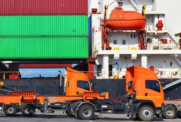 出荷港でのロジスティクスおよび貨物ビジネスのためのコンテナヤードでのトラックの産業物流および輸送