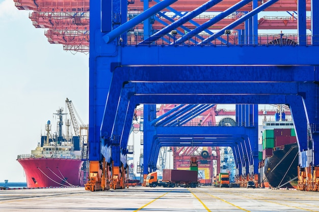 物流と貨物ビジネスのためのコンテナヤードでの産業物流とトラックの輸送