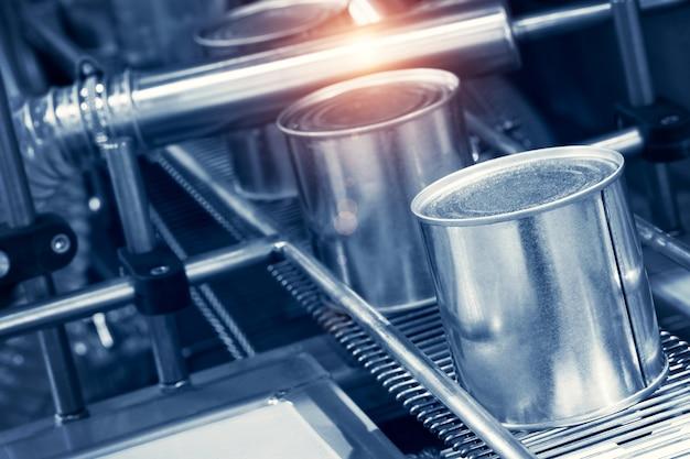 통조림 생산에 사용되는 산업용 기계. 클로즈업 보기입니다.