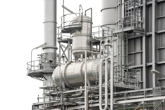 Промышленные металлические трубы на заводе электростанции, изолированные на белом фоне с обтравочным контуром
