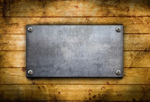 Промышленная металлическая пластина на деревянном фоне