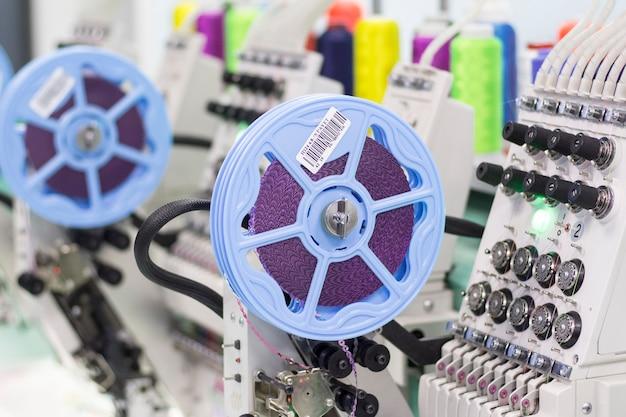 Современная промышленная вышивальная машина с устройствами пайеток