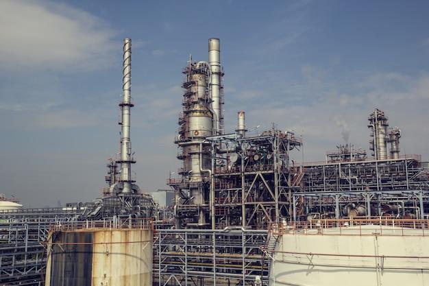 하늘을 배경으로 산업 플랜트 증류 오일 및 가스 오후