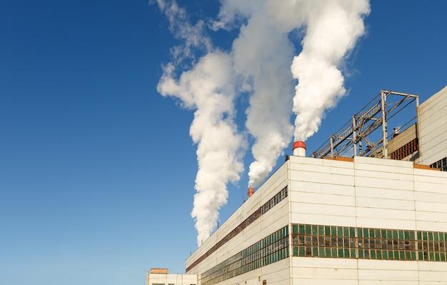 煙突のある家具工場の工場