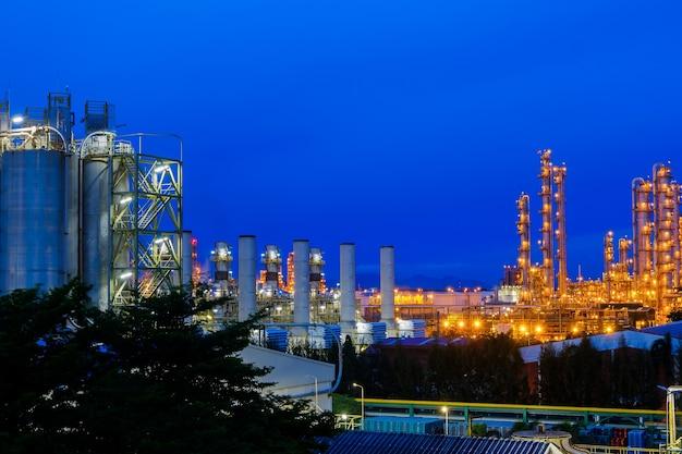 Промышленный завод с фоном сумеречного неба