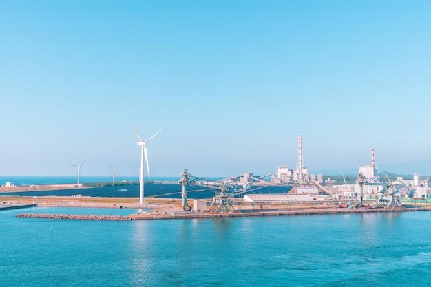 日本の酒田町の産業港と風力タービン発電機