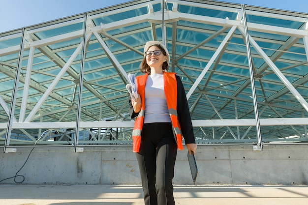 Промышленный портрет женщины, работающей на строительной площадке.