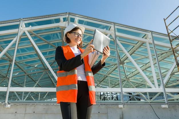Промышленный портрет женщины, работающей на строительной площадке