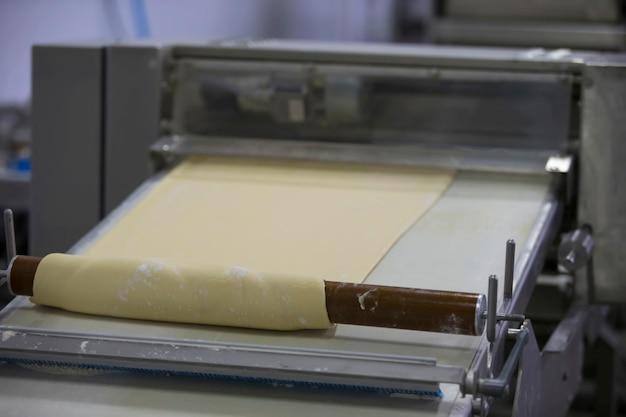 パン焼きラインでの料理とパン酵母生地の工業生産