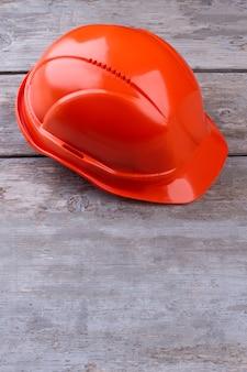 Промышленный защитный шлем на деревянном фоне