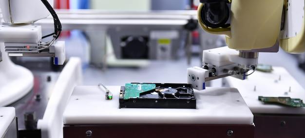 電子回路基板を保持するための産業用ロボットアーム