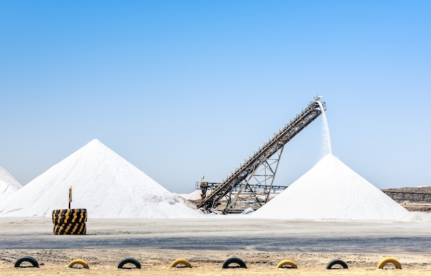컨베이어 벨트가 작동하는 산업용 소금 정제소