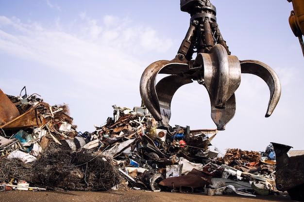 산업 고철 재활용 및 폐차장에 있는 크레인 리프팅 부품.