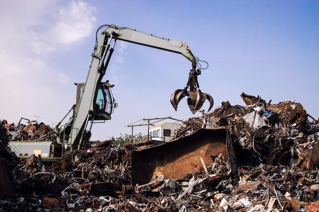 폐차장에서 산업 고철 재활용.