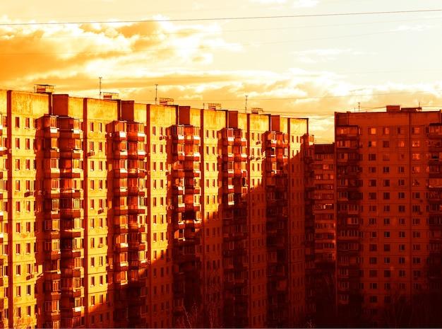 모스크바 교외 배경에서 산업 일몰