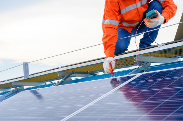 Промышленный техник, инженер-техник, электрическая проверка солнечной панели с помощью цифрового тестера изоляции
