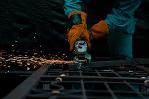 Промышленные техники используют стальные режущие инструменты для использования в строительстве или жилищном строительстве.