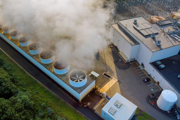 증기 오염이 있는 산업용 화력 발전소 굴뚝