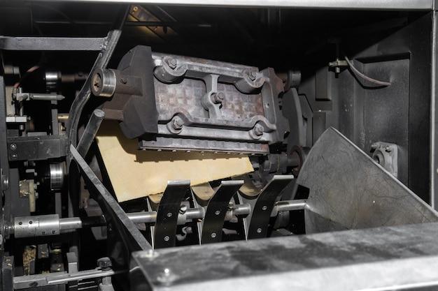 焼きたてのウエハースシートを製造した工業用ワッフルアイロン