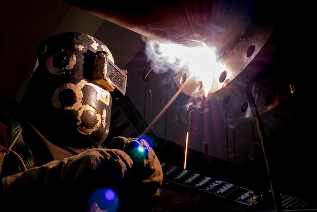 공장 용접 공정에서 산업 용접기 용접 가공 건설