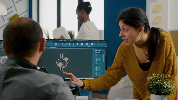 산업 여성 디자이너는 cad 프로그램 설계 d pro에서 일하는 기술자 엔지니어와 논의합니다.