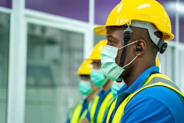 保護マスクを着用している産業労働者