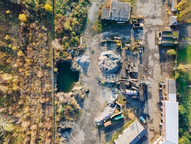 発泡コンクリートブロックの製造のための古い工場がある工業地帯、工場は稼働しています
