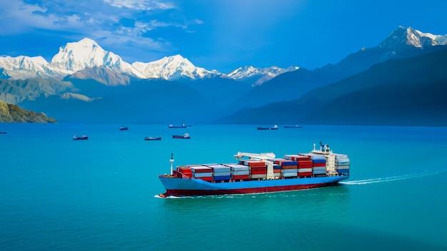 산업 비즈니스 서비스 물류 화물 컨테이너 선박은 드론 조감도에서 바다와 산 배경 카메라로 국제 수출입