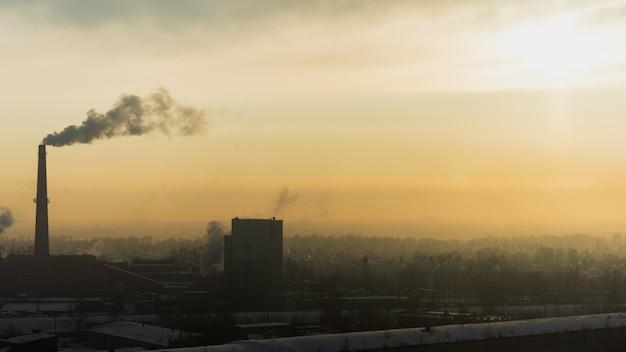 산업 야금 공장 새벽 연기 스모그 배출 나쁜 생태