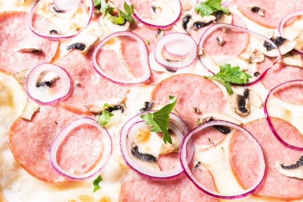 Недорогая пицца с пепперони, луком и грибами. для любых целей.