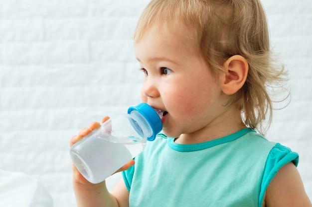 Питьевая вода для младенцев из детской бутылочки