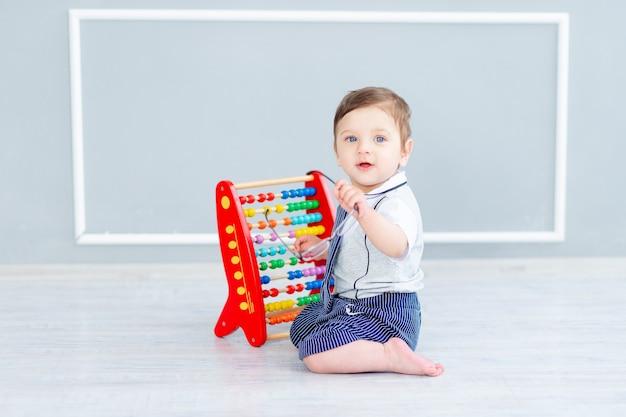手形、就学前の教育と開発の概念と一緒に座っている眼鏡をかけた幼児