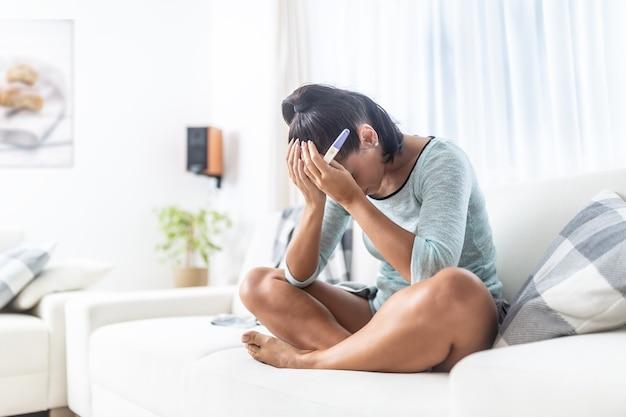 Бесплодная женщина узнает положительный результат теста на беременность.