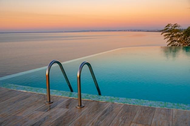 인피니티 에지 수영장 물, 일몰 아름다운 흑해 전망. 기분 전환.