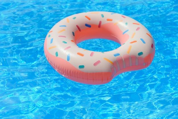 Надувной пончик, плавающий в бассейне