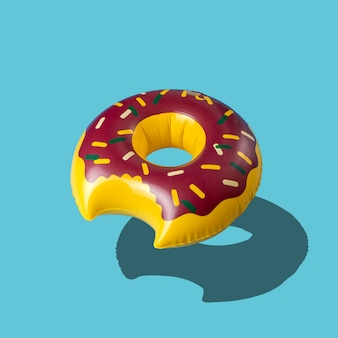 Надувная игрушка для бассейна с пончиками, изолированная на синем