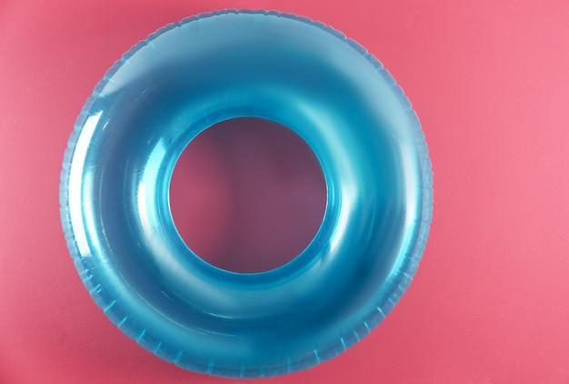 Надувное кольцо на розовом