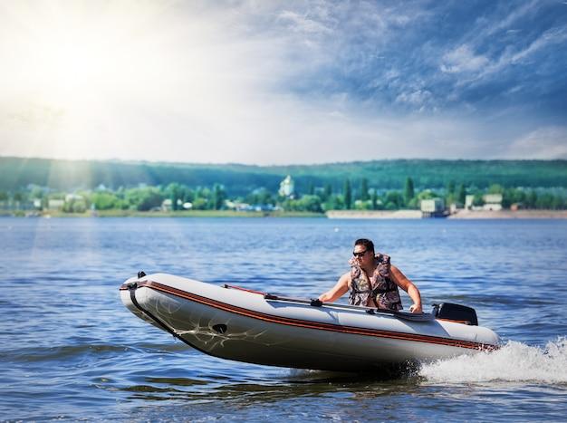 膨脹可能な白いモーターボート