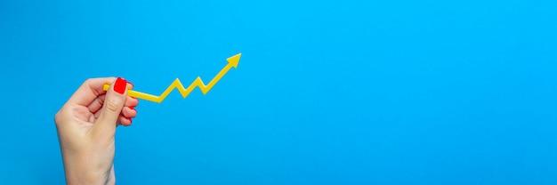 Инфляция, долларовая гиперинфляция. рост цен. баннер с синим фоном. один доллар в руке человека на синем фоне. понятие инфляции.