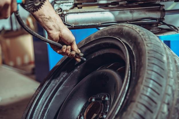 圧縮空気による車のタイヤの膨張。
