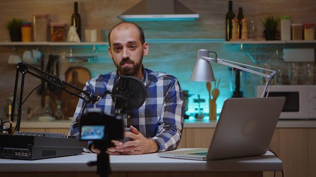 커피 컵을 들고 홈 스튜디오에서 팟캐스트를 녹음하는 인플루언서. 크리에이티브 온라인 쇼 온에어 프로덕션 인터넷 방송 호스트 스트리밍 라이브 콘텐츠, 디지털 소셜 미디어 커뮤니케이션 녹음