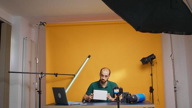 인플루언서 녹음 경품 및 카메라 앞에서 상자를 들고 있습니다. 구독자 공유 구독자, 기술 동영상 블로거, 온라인 웹 인터넷 팟캐스트를 위한 소셜 미디어 스타 인플루언서