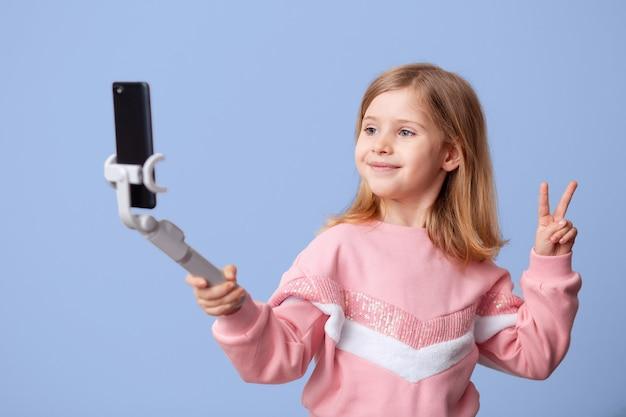 インフルエンサーはスマートフォンでブログからのビデオを記録します